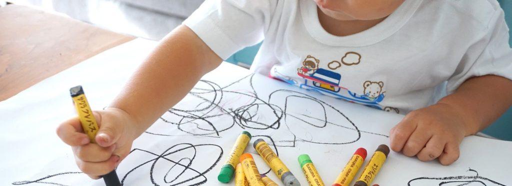 Niño Dibujando con pinturas de colores